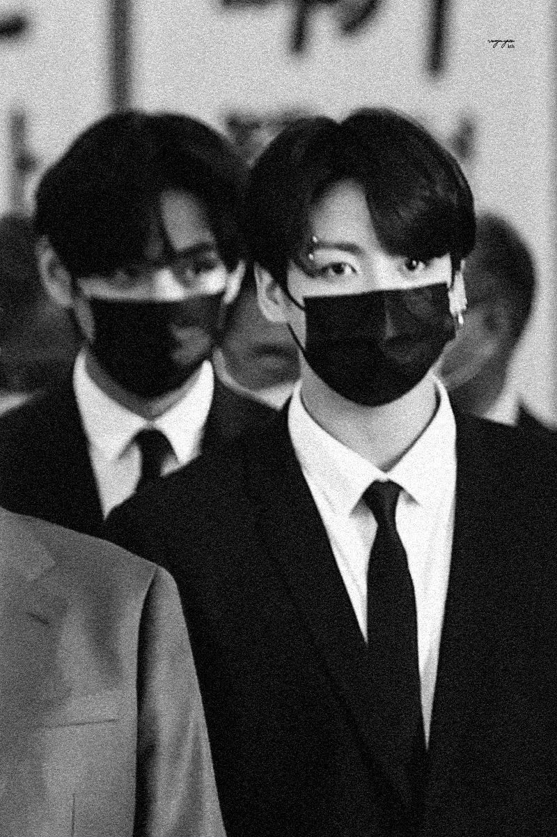 Khi BTS tiến vào Nhà Xanh, V đứng phía sau nhưng vẫn rất thu hút sự chú ý nhờ đôi mắt sắc sảo, hàng lông mày rậm cực quyến rũ.
