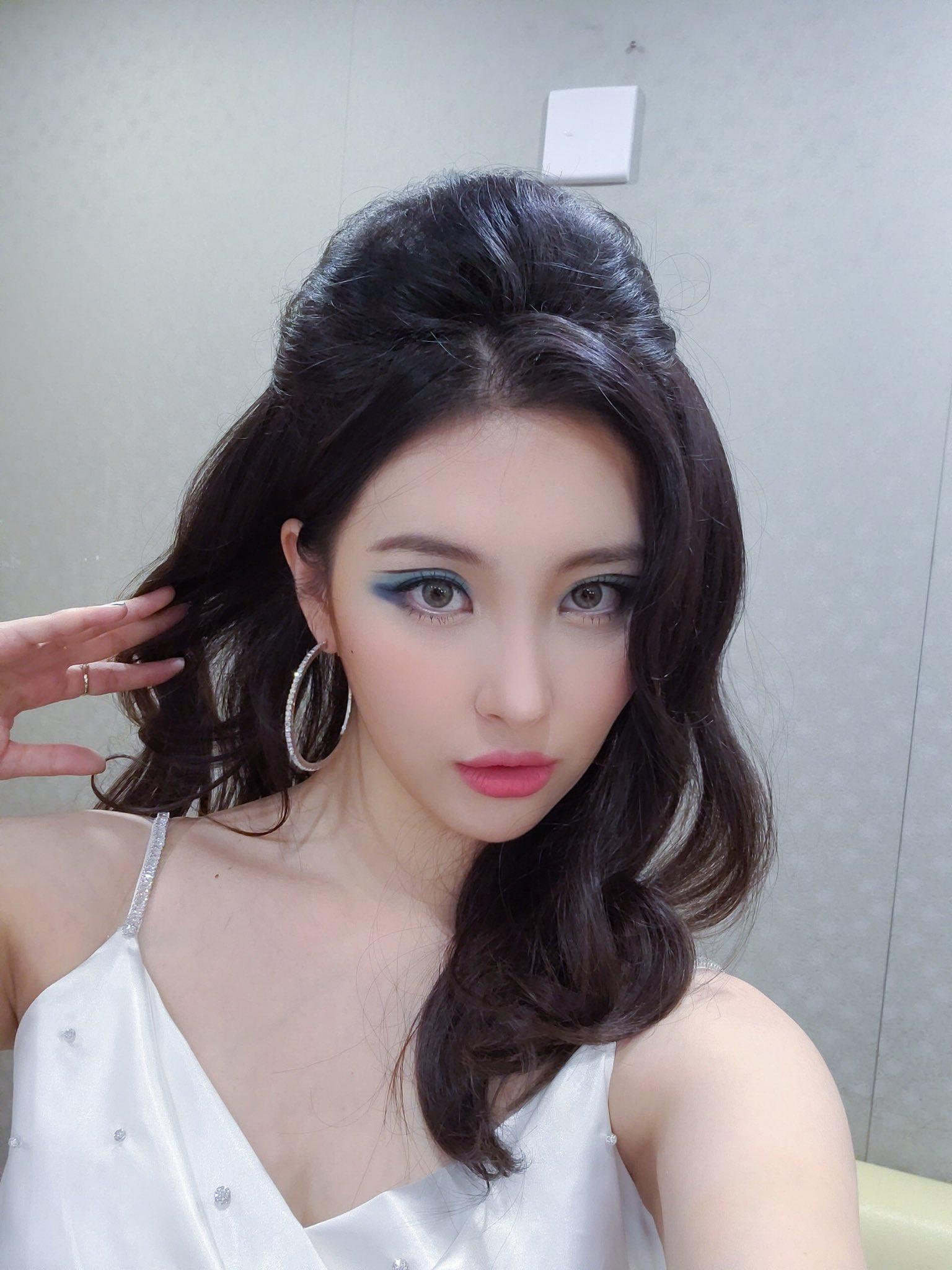 Kiểu vẽ eyeliner này đã được sử dụng rất nhiều trong ngành công nghiệp thời trang trong thập niên 60, 70 của thế kỷ trước. Vào mùa hè 2020, xu hướng floating eyeliner hồi sinh và trở thành trend trang điểm của mùa hè được nhiều sao trên thế giới ứng dụng, trong đó có nhiều sao Kpop.