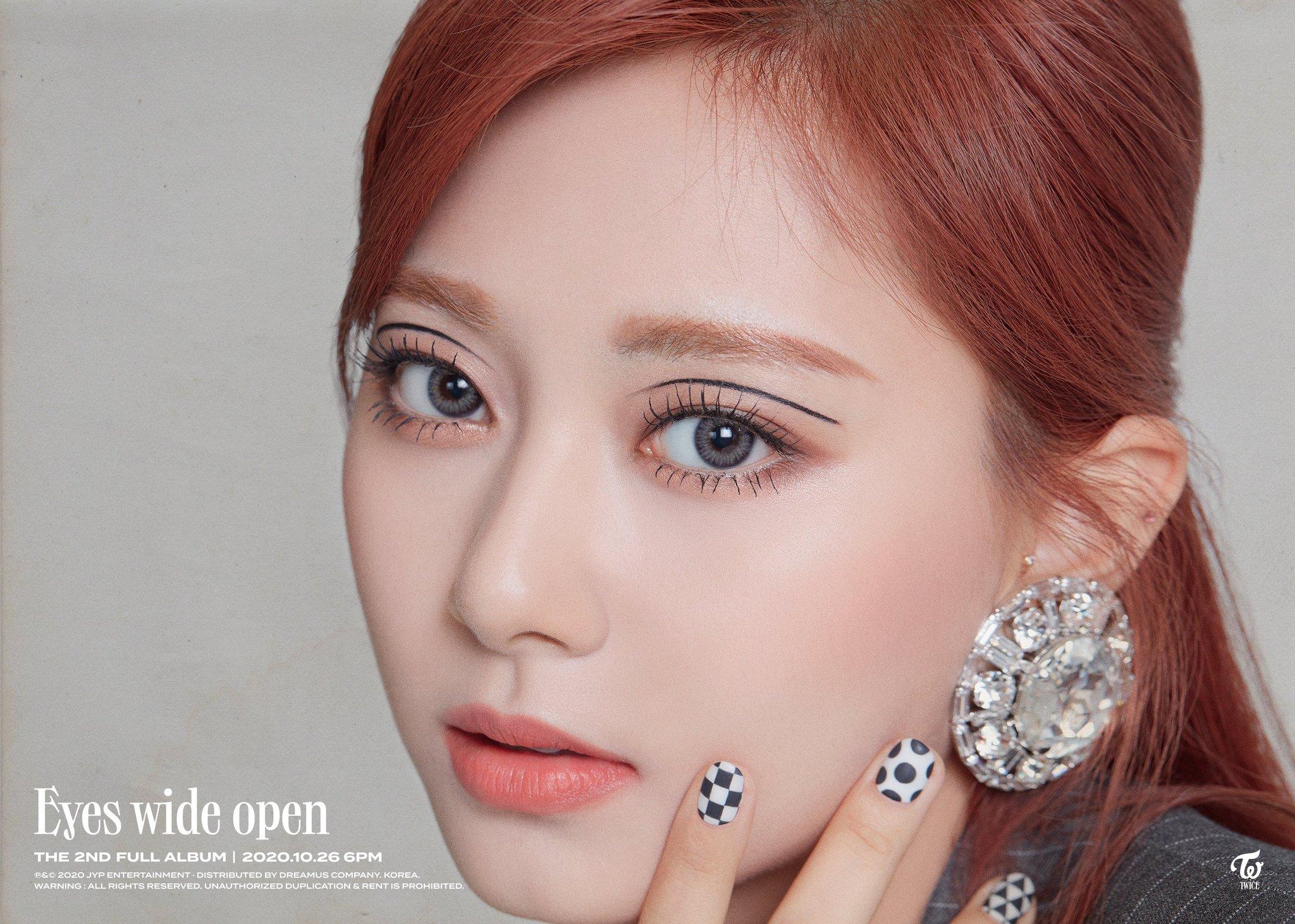 Cùng kẻ eyeliner độc đáo nhưng Tzuyu đẹp vượt trội so với Rosé - 1