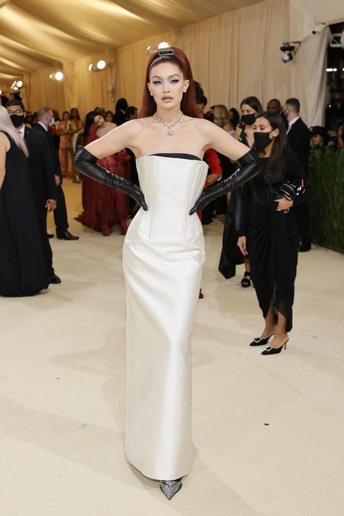 Hình ảnh một nữ minh tinh cổ điển được tái hiện trong bộ cánh của Gigi Hadid với chiếc đầm Prada kết hợp loạt phụ kiện cổ điển.