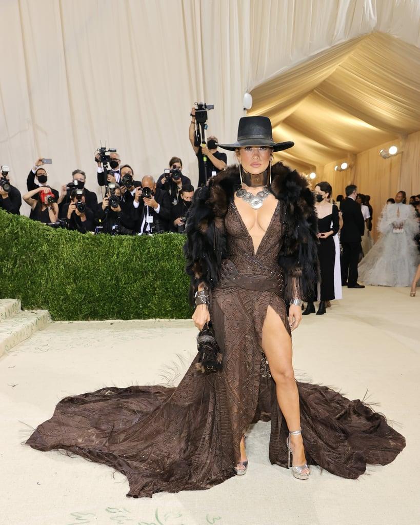 Jennifer Lopez khoe thân hình trẻ trung bất chấp tuổi tác cùng chiếc váy hở trên xẻ dưới của Ralph Lauren.