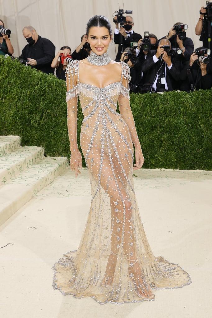 Cô em Kendall Jenner trong lúc đó lại diện chiếc đầm trong suốt lấp lánh của Givenchy, khoe vóc dáng tuyệt mỹ.