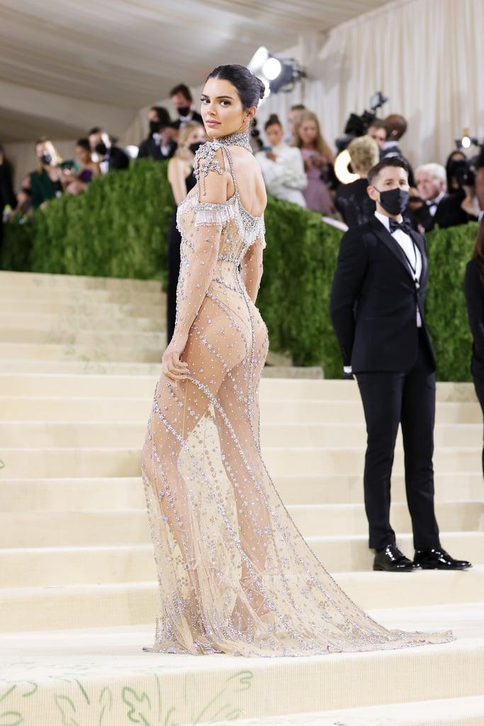 Dưới lớp vải siêu mỏng, Kendall chỉ diện một lớp lót bodysuit màu nude tệp vào da để không bị hớ hênh. Những khoảng trống táo bạo còn lại, cô thoải mái phô diễn thân hình không mỡ thừa đầy sang trọng, high fashion.