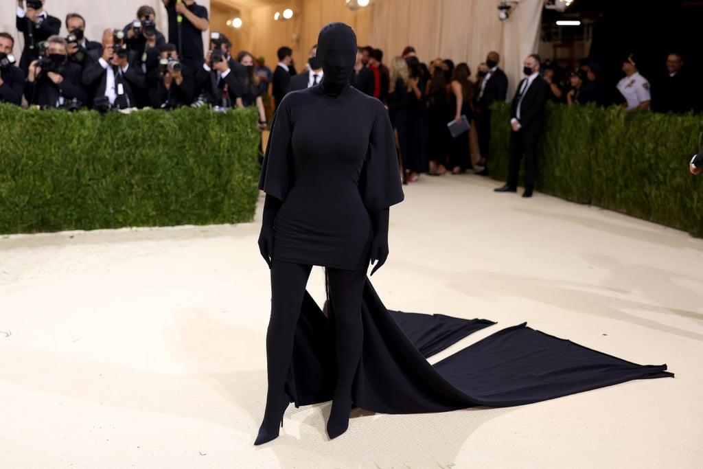 Như thường lệ, Kim Kardashian luôn mang đến bất ngờ ở Met Gala. Năm nay, cô chọn bộ cánh đen thùi lùi từ đầu đến chân của Balenciaga, thậm chí khuôn mặt cũng bị che kín hoàn toàn.
