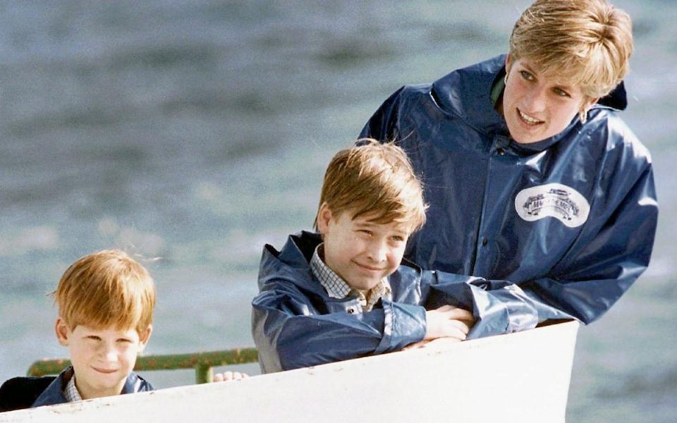 Hai anh em Hoàng tử William và Harry cùng mẹ Diana. Ảnh:AP.
