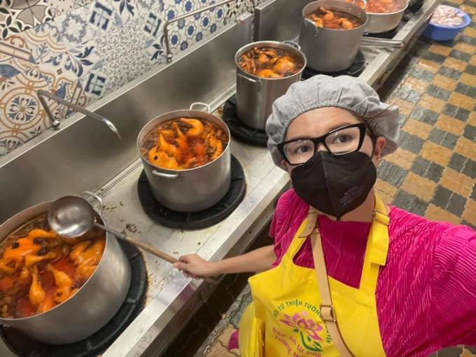 Trang Trần dừng bếp ăn thiện nguyện để lo cho gia đình.