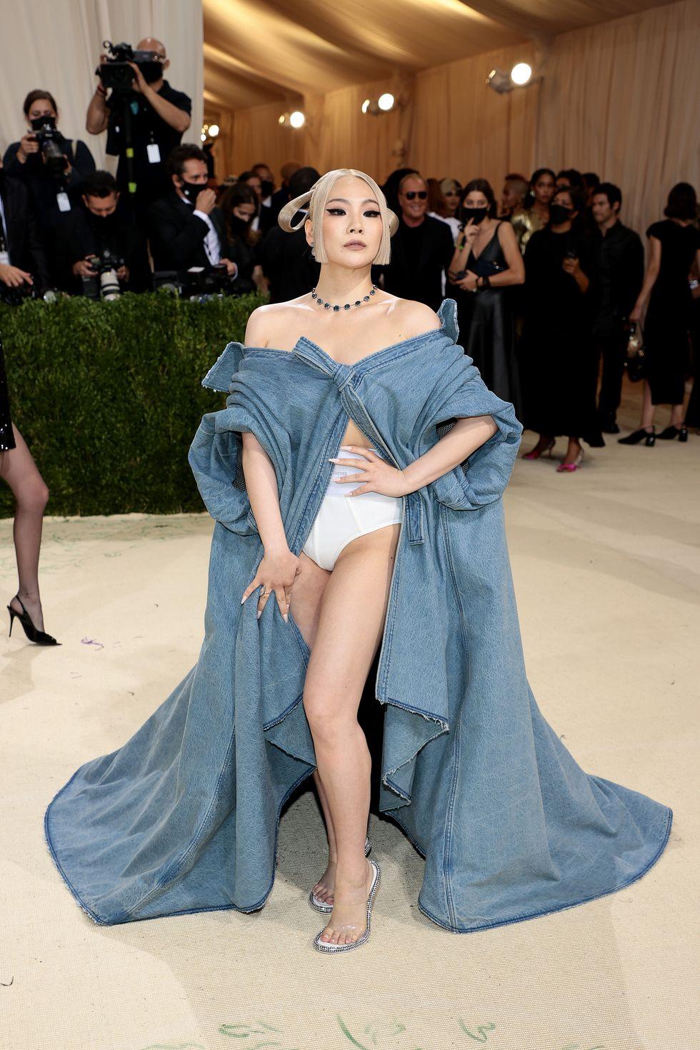 CL cũng góp mặt trong danh sách của Cosmopolitan với bộ trang phục khoe nội y. Lần đầu dự Met Gala, sao Hàn Quốc chặt chém không kém sao ngoại khi diện áo choàng denim của Alexander Wang. Thân dưới, cô mặc quần nội y kiểu thể thao, khoét hông cao đầy táo bạo.
