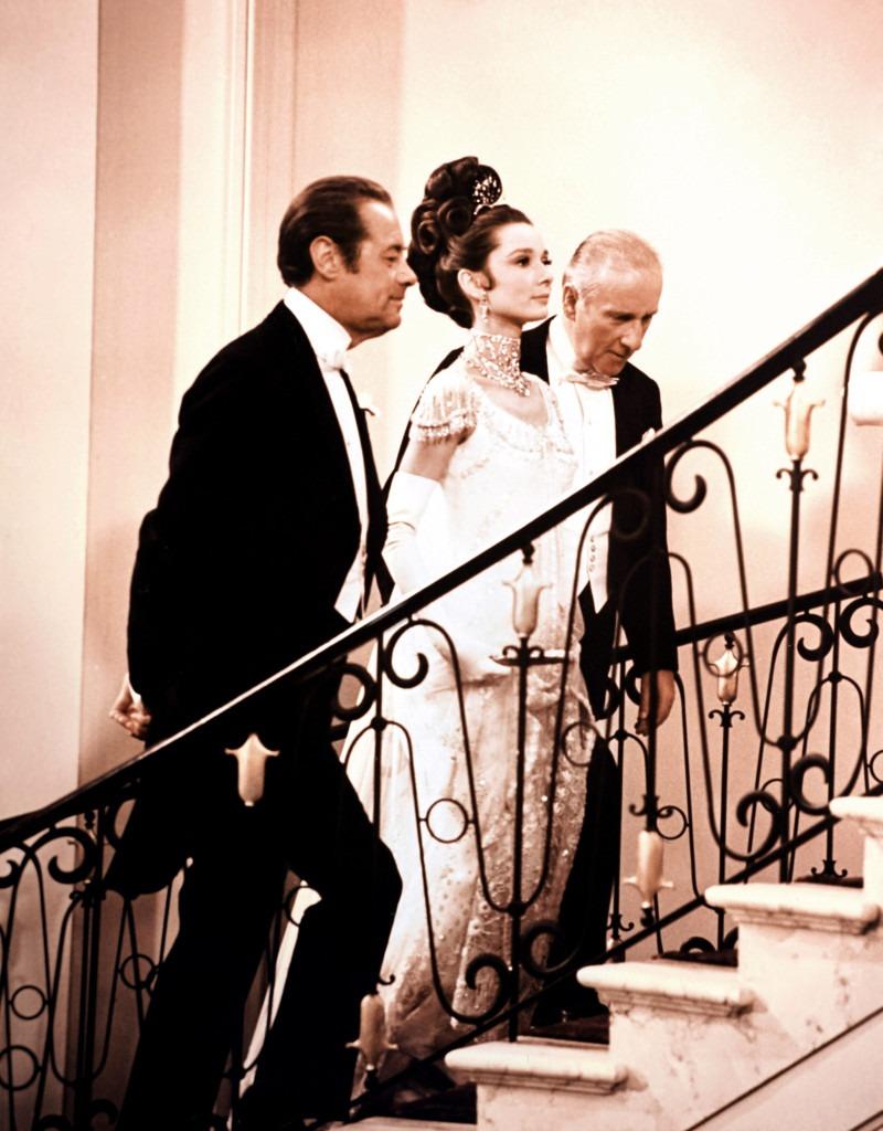 Bộ đầm lấy cảm hứng từ chiếc váy Givenchy mà nàng thơ Hepburn đã mặc trong phim My Fair Lady. Trước khi đặt chân lên thảm đỏ, Kendall Jenner đã đăng lên Instagram Story đoạn cắt từ bộ phim để báo hiệu trước về màn xuất hiện của mình.