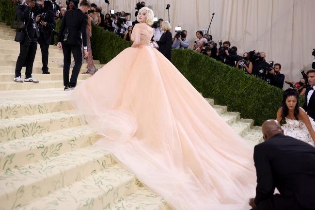 Chiếc váy có phần đuôi dài và nặng, cần người hỗ trợ khi cô bước đi. Khi được E! Online hỏi về trang phục, Billie Eilish tự tin trả lời: Không phải chính bộ váy đã nói lên tất cả rồi sao? Đây là lần đầu tiên của tôi trong chuyện này.