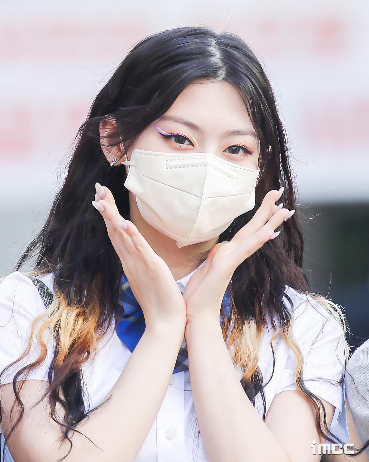 StayC, Lisa, Mi Yeon khoe visual xinh tươi trên đường đi làm - 7