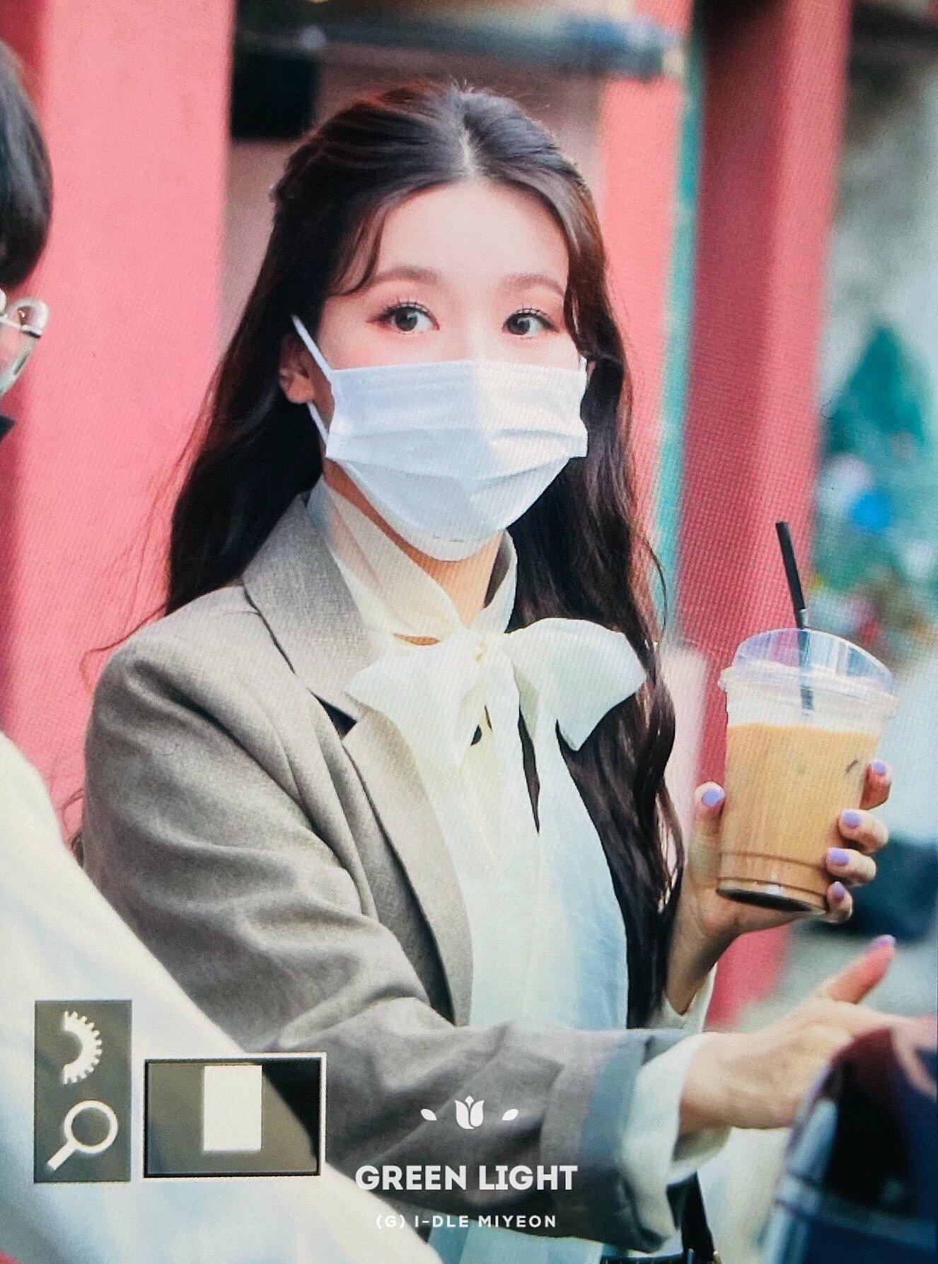 Lúc đi làm, Mi Yeon ra dáng nhân viên công sở...