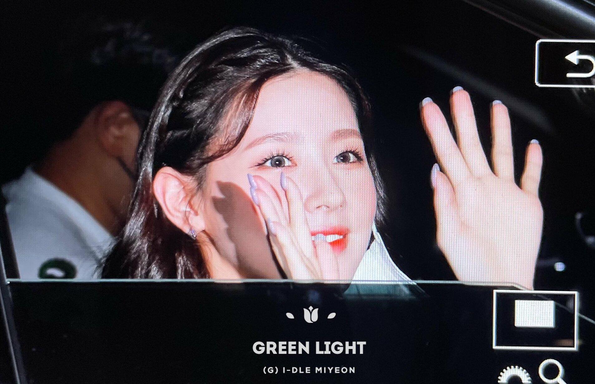 Khi vào xe ra về, Mi Yeon tháo khẩu trang để fan có thể nhìn rõ mặt.