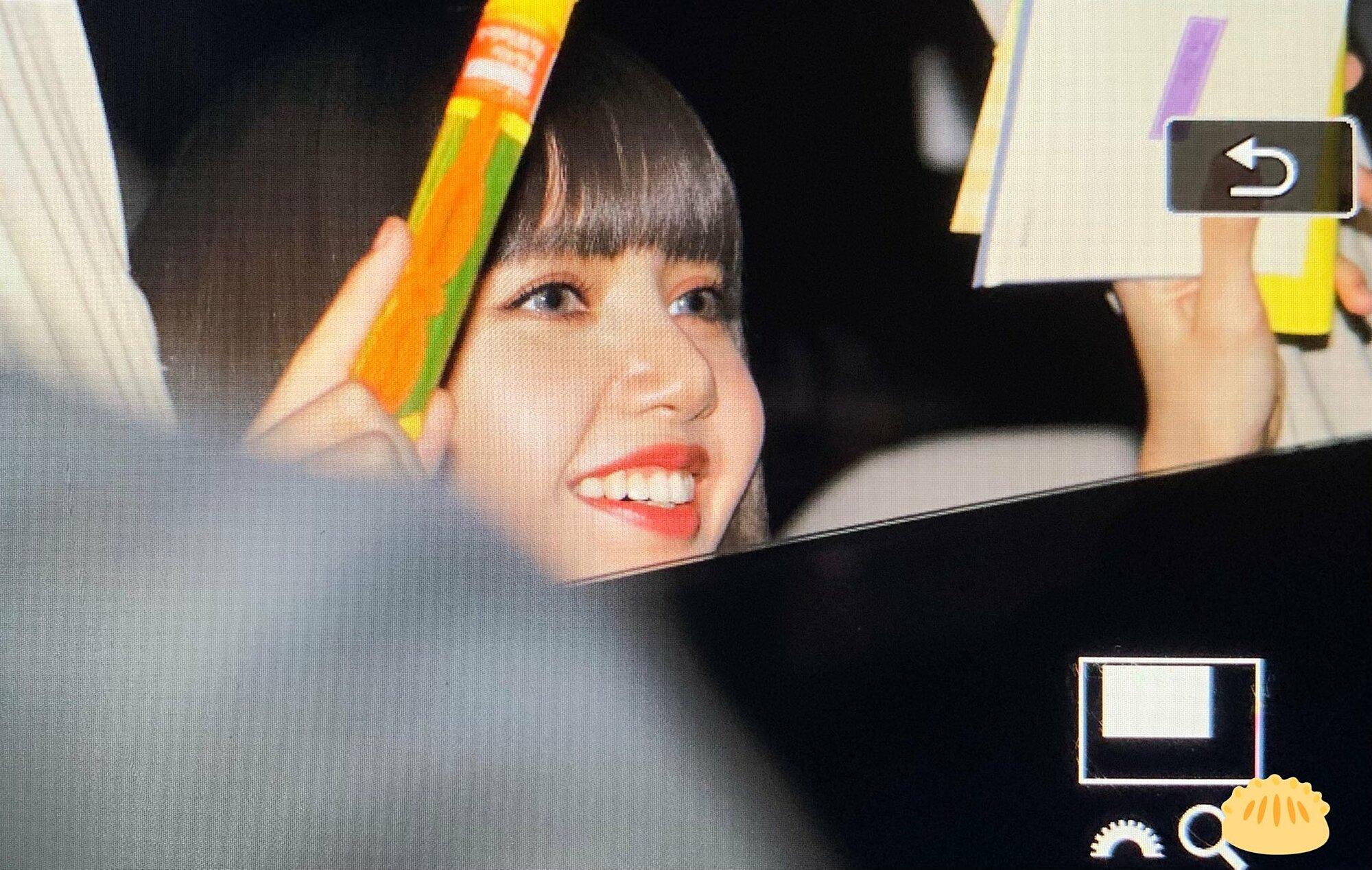 Lisa vui vẻ nhận thư và quà của fan. Nữ idol toát lên biểu cảm hạnh phúc rạng ngời cực đáng yêu.
