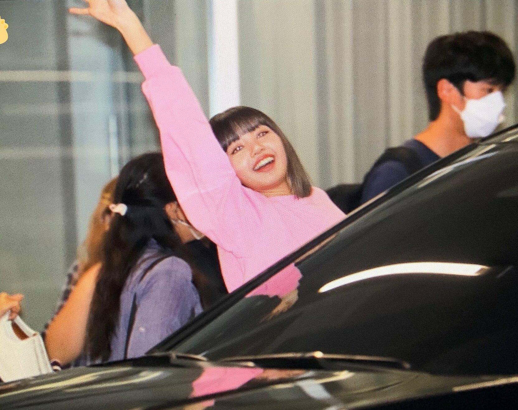 Tối 14/9, Lisa (Black Pink) được fan săn đón trên đường tan làm. Nữ idol tháo khẩu trang để tương tác cùng người hâm mộ.