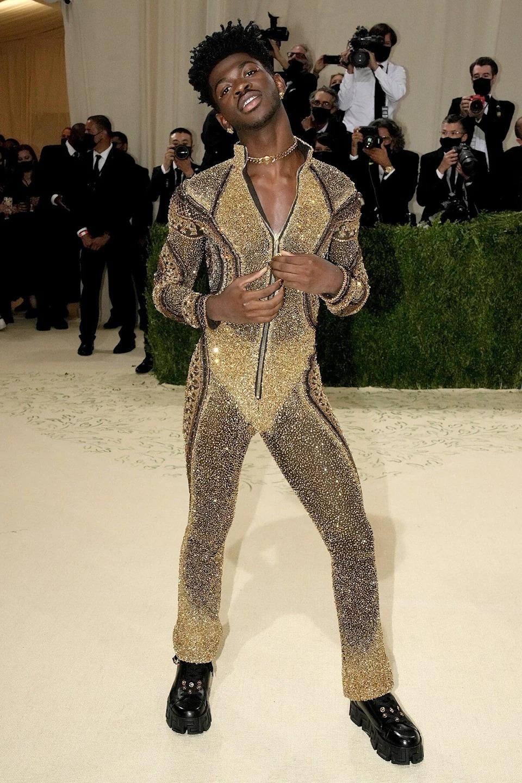 Trong cùng là trang phục sexy nhất của Nas. Đó là bộ body suit đính sequin lấp lánh, khoét ngực chữ V. Ảnh: FilmMagic.