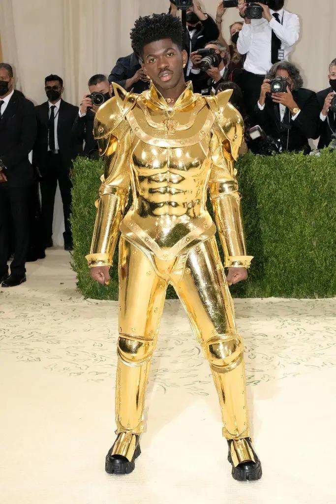 Lil Nas X khá khó khăn khi bước lên cầu thang với trang phục này.