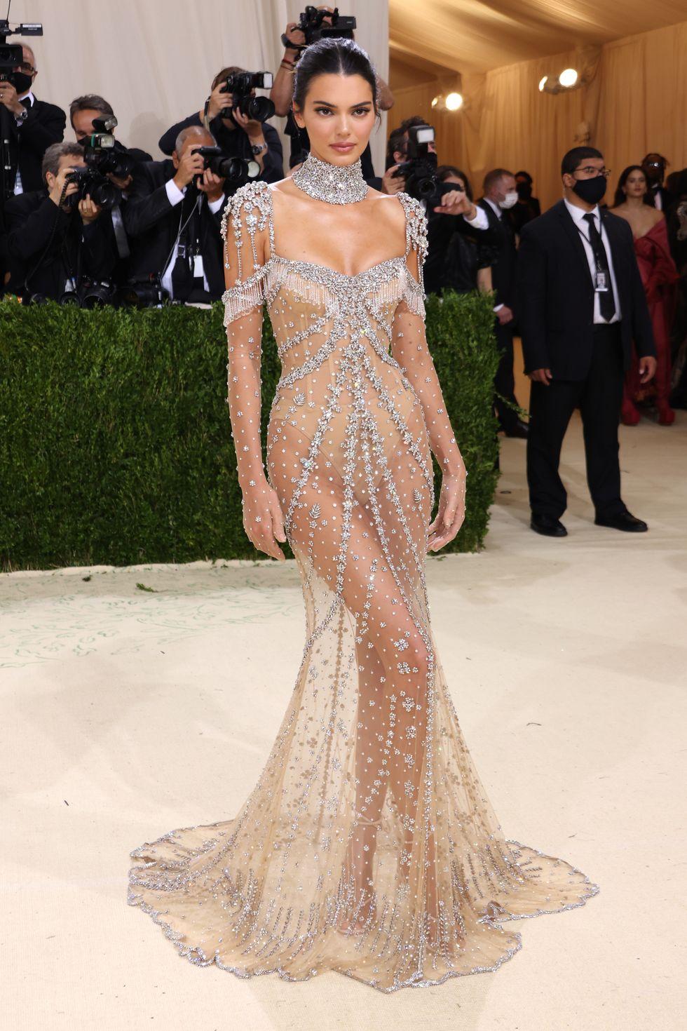 Với thân hình đẹp tựa thần Vệ nữ, Kendall Jenner có khả năng chinh phục mọi kiểu trang phục, dù khó mặc đến mức nào. Thiết kế Givenchy cô diện đến Met Gala năm nay không chỉ ôm khít vào body mà còn có chất liệu trong suốt siêu mềm mại, giúp siêu mẫu khoe trọn vẹn đường cong hoàn mỹ.