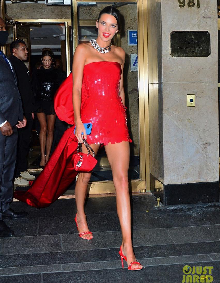 Với thiết kế đầm quây màu đỏ rực rỡ, tà sau dài quét đất, Kendall chiếm spotlight trong buổi tiệc. Outfit này giúp cô tiếp tục giữ vững danh hiệu mặc đẹp nhất Met Gala năm nay.