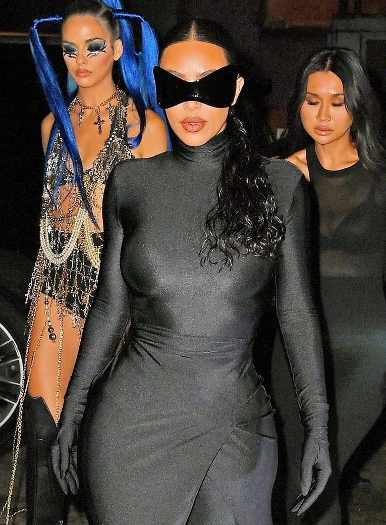 Ngôi sao truyền hình thực tế đã tháo mái tóc giả dài trước đó để chuyển sang kiểu tóc tự nhiên. Dù có thoải mái hơn, bộ trang phục này được cho vẫn là một thách thức với Kim khi ngồi ăn tiệc.