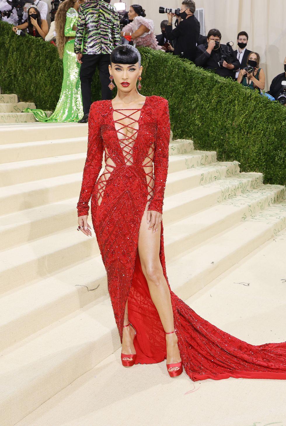 Megan Fox rực cháy đầy nóng bỏng cùng bộ đầm đỏ như lửa, thiết kế cut-out, đan dây hở bạo.