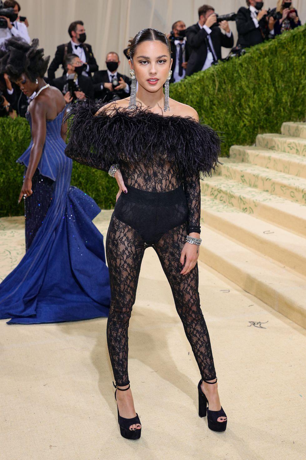 Olivia Rodrigo - người vừa đại thắng 3 giải tại MTV VMAs hôm qua chọn bộ đồ ren xuyên thấu Saint Laurent