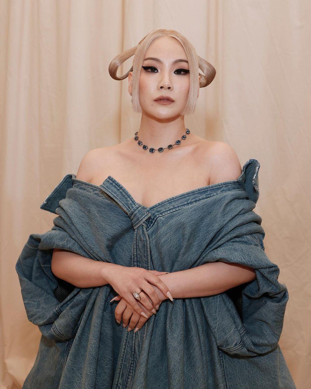 Kết hợp cùng bộ trang phục hở bạo độc đáo, CL cũng tạo kiểu tóc độc đáo, trang điểm cá tính tôn lên nét đẹp sắc sảo vốn có.