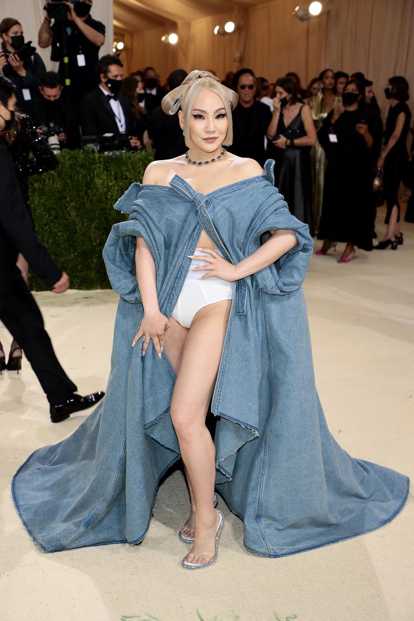Trong khi Rosé thông báo rình rang, tạo nên hot search trên Twitter khi dự Met Gala thì CL lại có màn xuất hiện khá bất ngờ. Tuy nhiên, trang phục của cô được đánh giá là ấn tượng và có điểm nhấn hơn hẳn. Nữ idol diện chiếc áo choàng denim quét đất kết hợp cùng nội y đầy táo bạo của Alexander Wang.