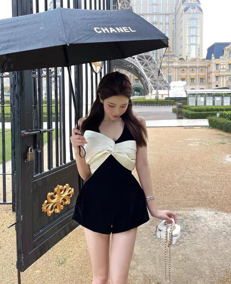 Không khó để tìm mua những chiếc váy hay jumpsuit đen tương tự Rosé, với mức giá chỉ trên dưới 300k, rẻ hơn nhiều so với bản gốc. Trên các trang mua sắm Trung Quốc, đây là một trong những sản phẩm đang được hàng loạt cô gái tìm mua.