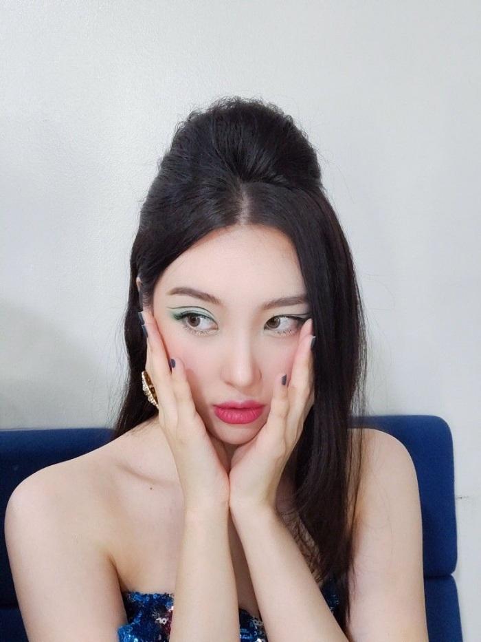 Cùng kẻ eyeliner độc đáo nhưng Tzuyu đẹp vượt trội so với Rosé - 8