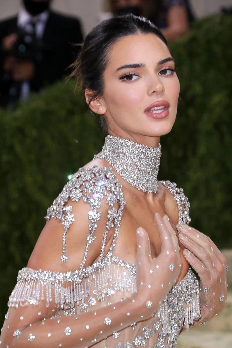 Kendall đến Met Gala cùng mẹ và chị gái Kim Kardashian. Trước đó, Kylie Jenner thông báo không thể tham gia sự kiện năm nay khiến fan tiếc nuối vì thiếu đi màn chặt chém thảm đỏ của cô út.