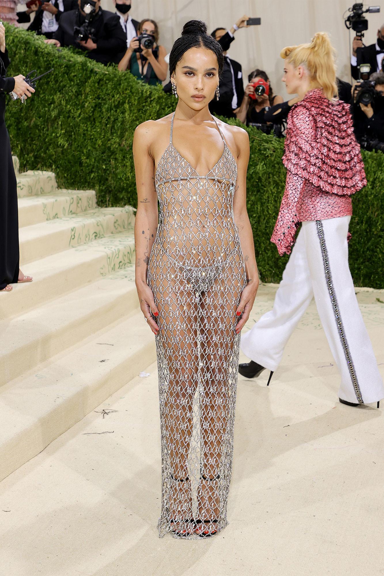 Chọn chiếc váy kết lưới lỗ chỗ của Saint Laurent, Zoe Kravitz mặc như không lên thảm đỏ. Người đẹp táo bạo thả rông và chỉ diện quần nội y tí hon để che chắn.