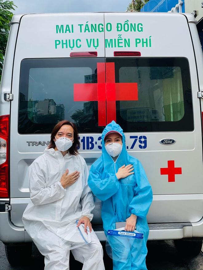 Vợ chồng Việt Hương tích cực làm từ thiện hơn hai tháng qua.