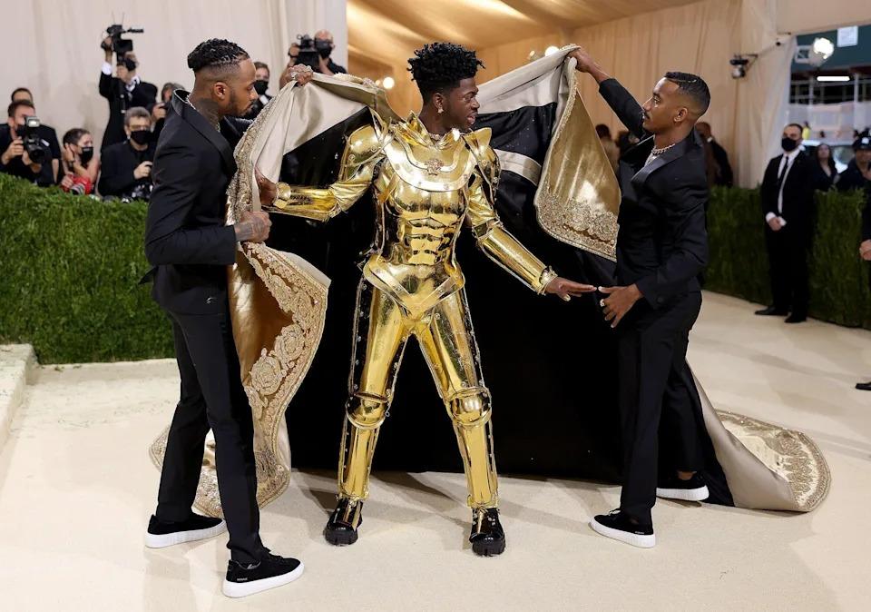 Trang phục tiếp theo là một bộ áo giáp vàng như hiệp sĩ, có khớp nối để anh có thể tạo dáng di chuyển.