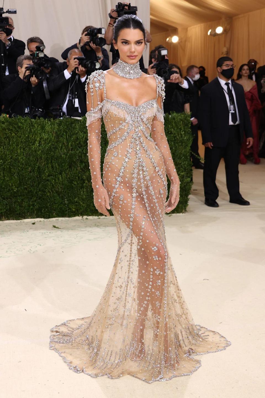 Dự Met Gala 2021, Kendall Jenner làm hình ảnh của minh tinh Audrey Hepburn sống lại. Siêu mẫu 26 tuổi mặc thiết kế Givenchy mang phong cách cổ điển, được đính đá lấp lánh.