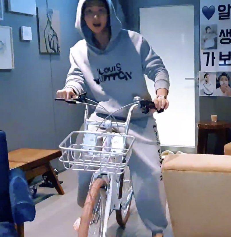 Hai thái cực của RM (BTS): Ở nhà bốc đầu xe đạp, đi làm như lãnh đạo thế hệ trẻ tương lai - 8