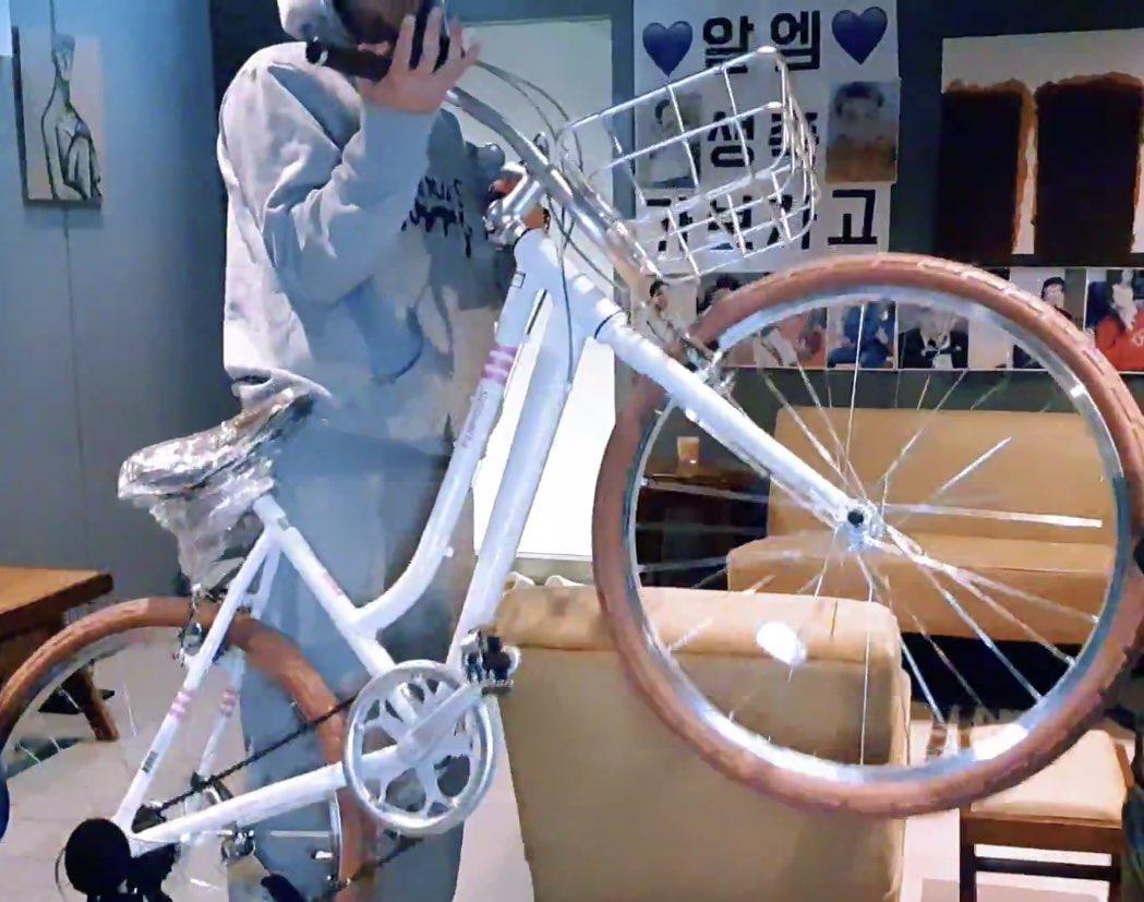 Hai thái cực của RM (BTS): Ở nhà bốc đầu xe đạp, đi làm như lãnh đạo thế hệ trẻ tương lai - 7