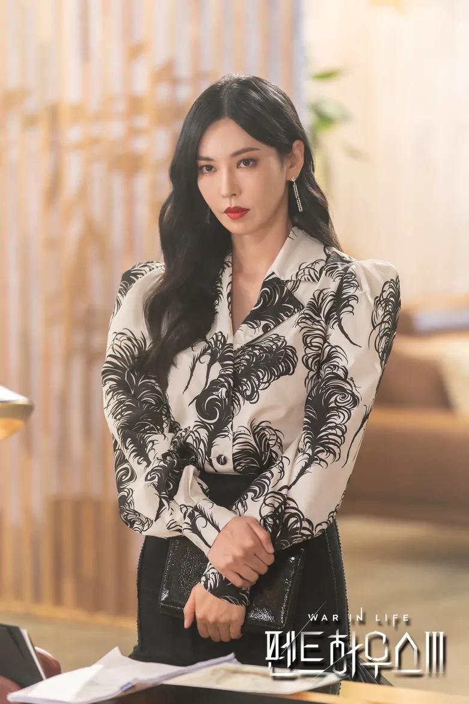 Cheon SeoJin (do Kim SoYeon thủ vai)  Cheon Seo Jin (do Kim So Yeon thủ vai) là một trong bộ ba nữ chính của The Penthouse. Cô luôn cạnh tranh với Shim Su Ryeon và Oh Yoon Hee trong cuộc chiến tranh giành quyền lực tại Hera Tower. Giống như Ju Dan Tae, Cheon Seo Jin là mẫu người sẽ làm bất cứ điều gì cần thiết để đạt được điều mình muốn. Nhưng tham vọng của Cheon Seo Jin cũng là lý do khiến cô đến bước đường cùng. Cheon Seo Jin bị chính con gái đưa vào tù. Sau khi nhận án tù chung thân, Cheon Seo Jin đã tự kết liễu cuộc đời mình.