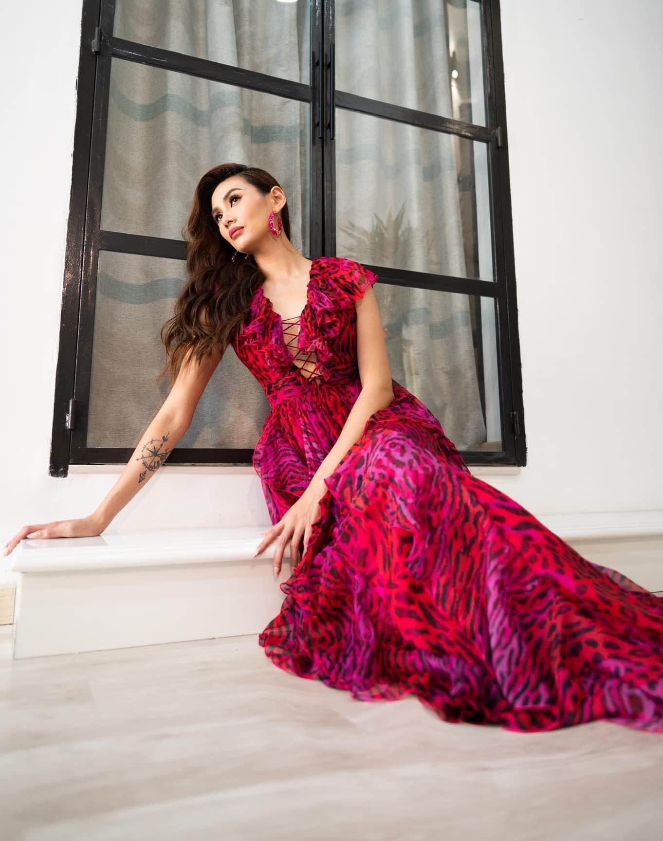 Võ Hoàng Yến khoe vẻ đẹp quyến rũ với chiếc đầm họa tiết da động vật đầy màu sắc.