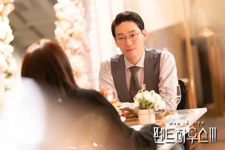 Ju Dan Tae (do Uhm Ki Joon thủ vai) là vai phản diện chính của phim. Hắn ta là người đứng sau nhiều tội ác cùng những cái chết xảy ra trong Hera Tower. Luôn khao khát quyền lực và tiền bạc, Ju Dan Tae sẵn sàng làm bất cứ điều gì cần thiết để đạt được thứ mình muốn, thậm chí giết người. Cuối cùng, hắn bị vợ cũ Shim Su Ryeon bắn trúng và rơi xuống từ căn penthouse xa hoa.