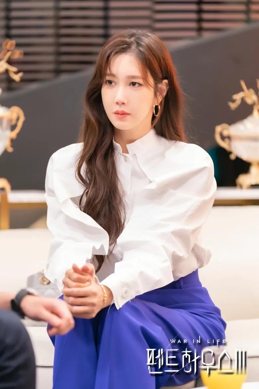 Shim Su Ryeon (Lee Ji Ah thủ vai) là người hùng của bộ phim nên cái chết của cô cũng làm khán giả cảm thấy vô cùng bức xúc với biên kịch. Giữa những kẻ máu lạnh ở Hera Tower, Shin Su Ryeon là người hiếm hoi chiến đấu cho công lý và lẽ phải. Cô sẵn sàng làm bất cứ mọi việc vì những điều tốt đẹp trong cuộc sống. Trong nỗ lực để bắt Cheon Seo Jin, cô đã bị phản đòn và bị đẩy ngã từ trên cao xuống.