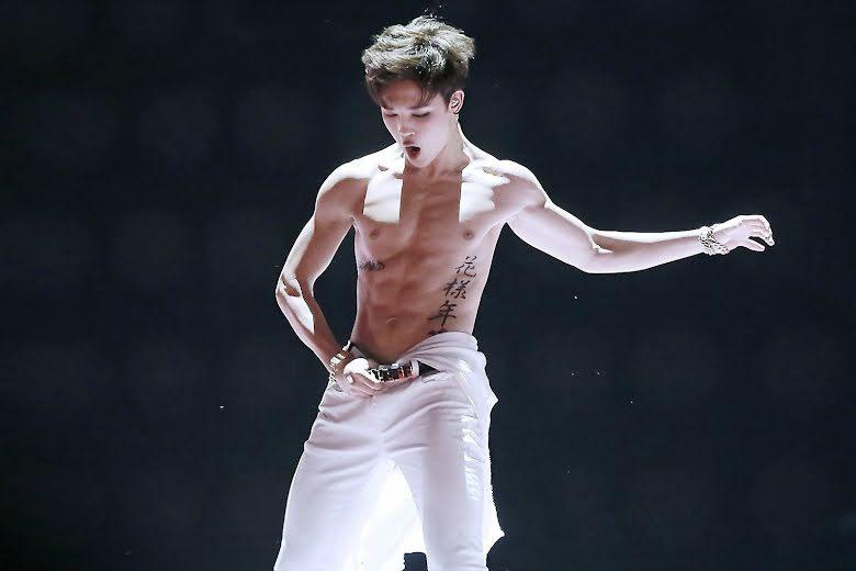 Ji Min khoe cơ bắp trong một sân khấu của BTS.