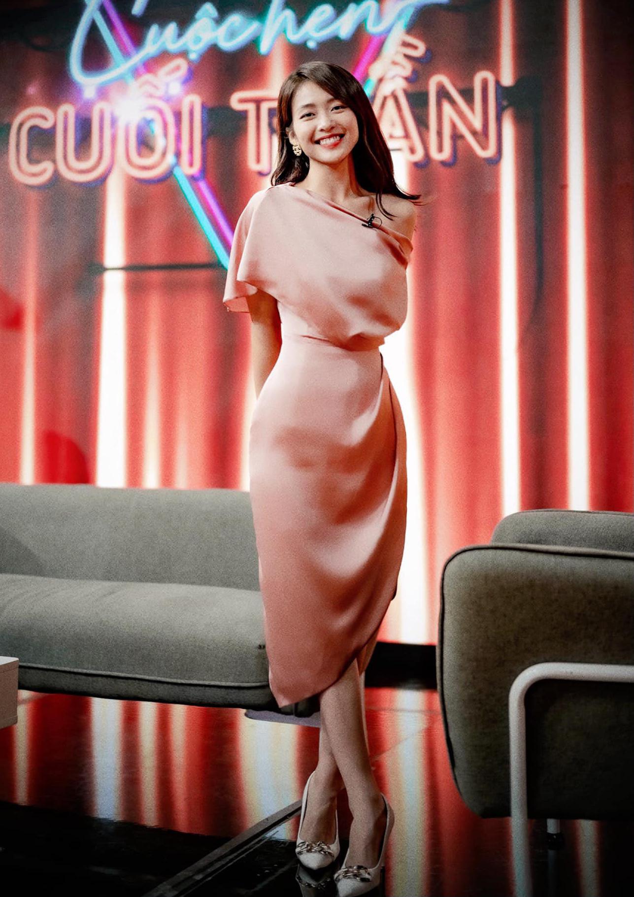 Xuất hiện trong chương trình giao lưu cuối tuần qua, Khả Ngân khoe mái tóc dài nữ tính. Diện mạo khiến không ít khán giả thấy lạ lẫm vì gần đây, cô thường xuất hiện cùng kiểu tóc ngắn ngang vai, theo tạo hình trong phim 11 tháng 5 ngày.