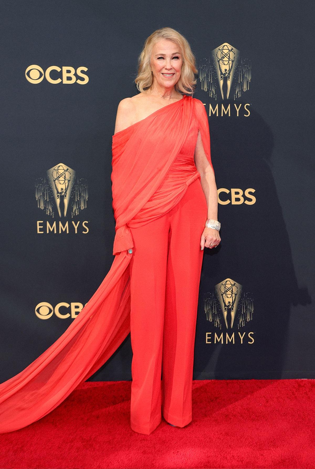 Catherine OHara diện trang phục của Công Trí trên thảm đỏ Emmy 2021.