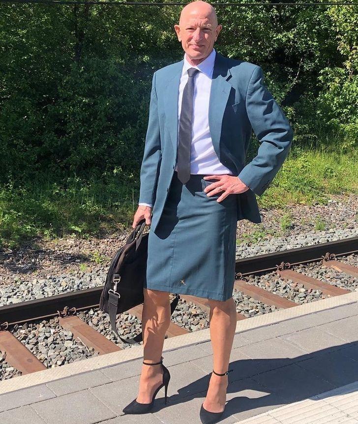 Mark Bryan, 62 tuổi, nối tiếng vì thích mặc váy cùng giày cao gót khi đi làm hàng ngày ở Đức. Ảnh: Mark Bryan.