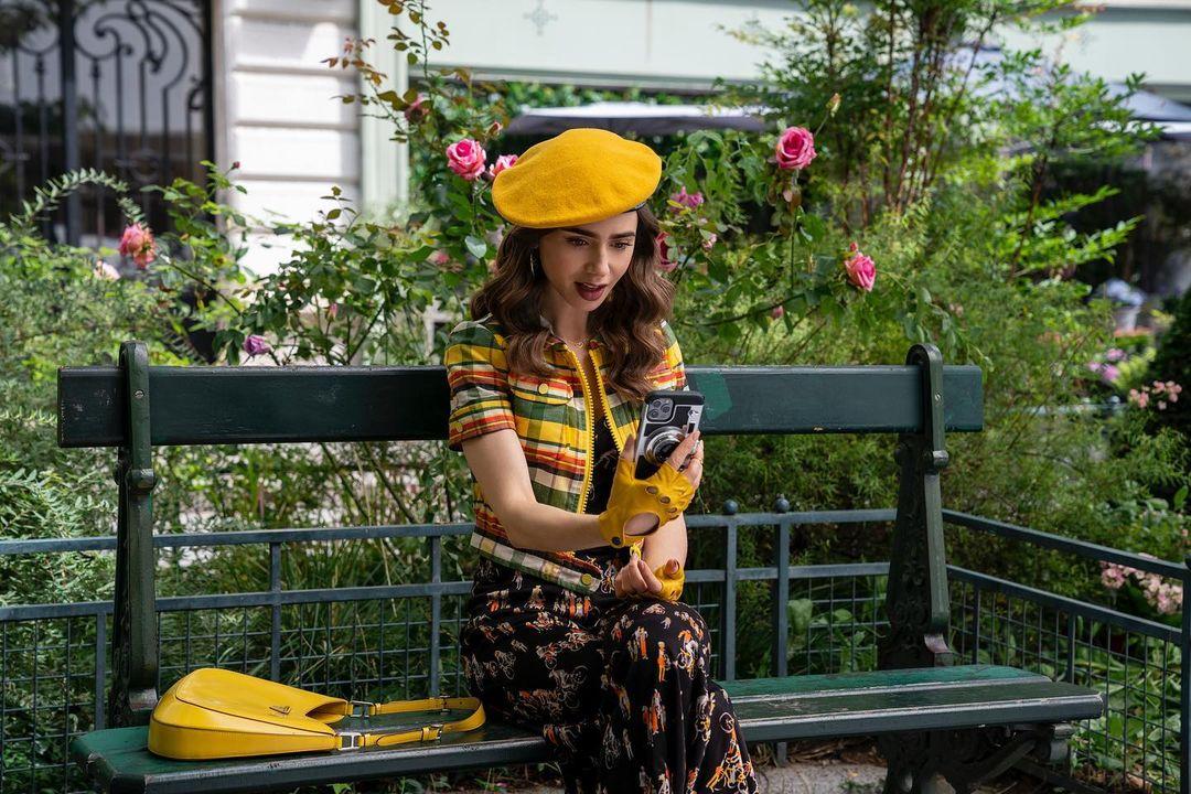 Lily Collins hé lộ những bộ cánh cực phẩm đầu tiên trong Emily in Paris 2