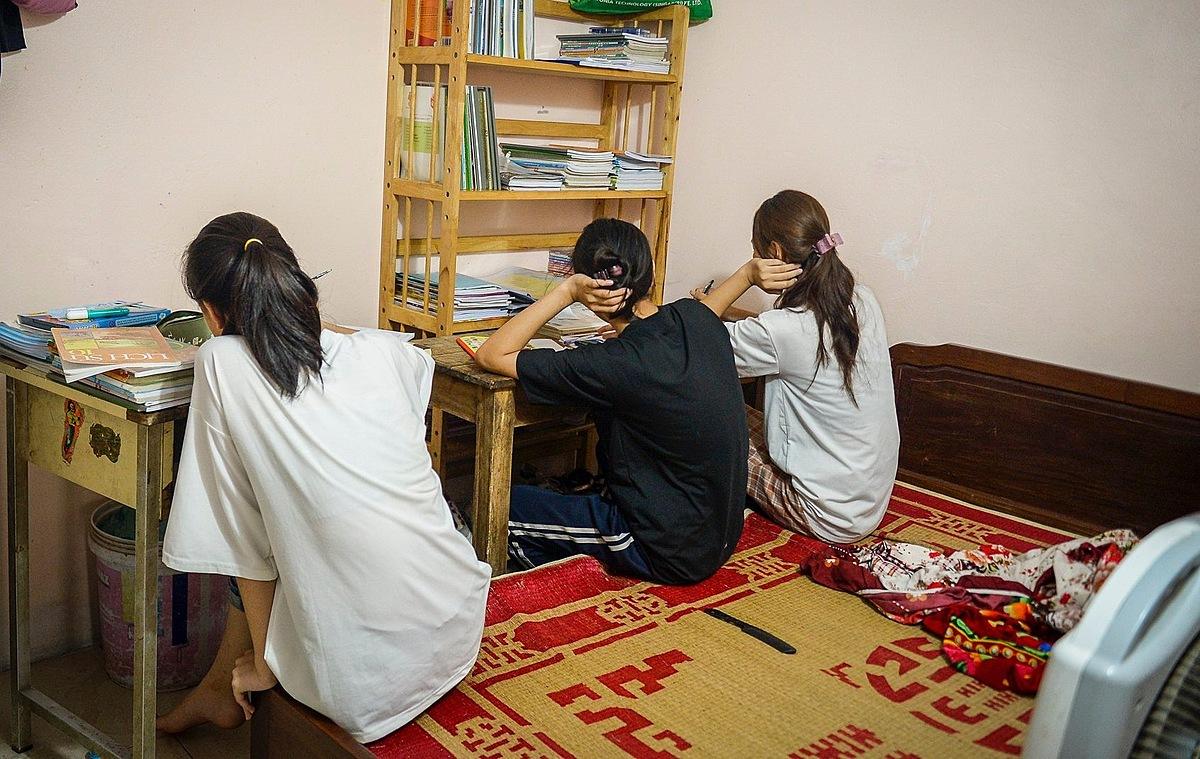 Ba con gái lớn của chị Hồng ngồi học trong phòng.