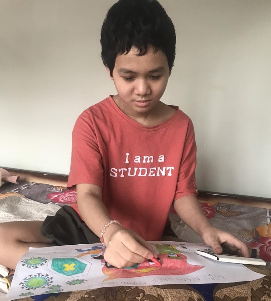 Cô bé Trần Huyền Khánh Linh ngồi vẽ tranh. Ảnh: Nhân vật cung cấp.