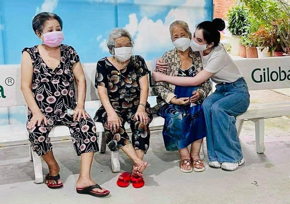 Cẩm Đan thăm hỏi các nghệ sĩ ở viện dưỡng lão.