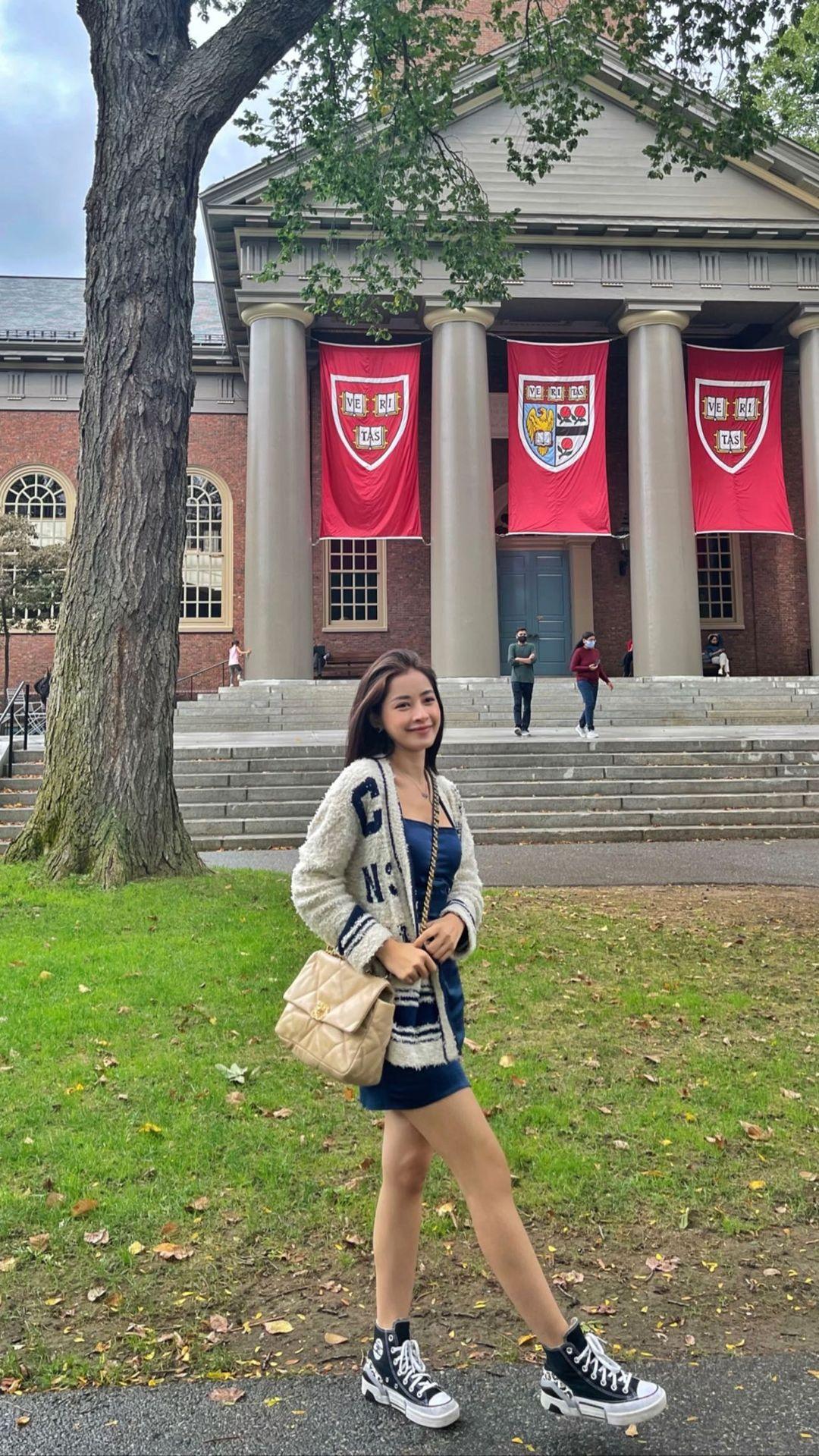 Cô check-in tại nhiều ngóc ngách của Đại học Harvard.