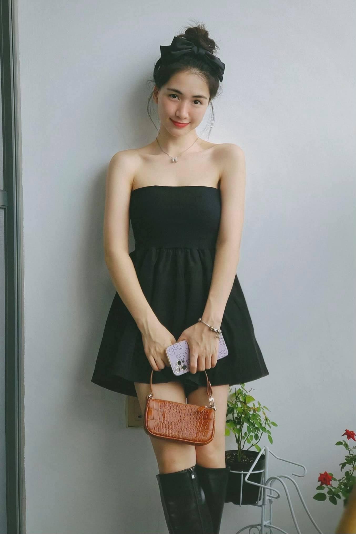 Hòa Minzy khoe vai trần mong manh với bộ jumpsuit quây được cô mua với giá chỉ 160k. Gần đây, bà mẹ một con liên tục trổ tài phối đồ bình dân.